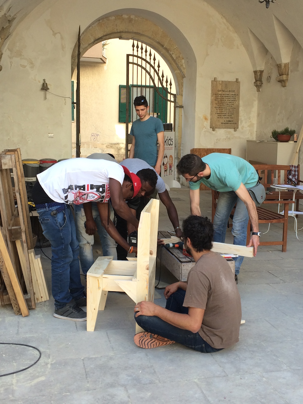 11 friends from Arcobaleno Center for Refugees and Asylum Seekers with Gian Marco, Andrea and Federico from Linfa (Lecce) co-designing chairs for the garden©Nayarí Castillo copy